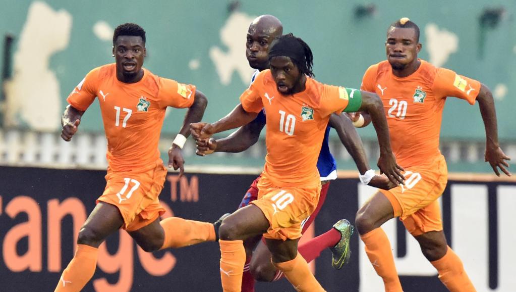 Les Ivoiriens Serge Aurier (gauche), Gervinho (centre) et Serey Dié (droite), face à la Sierra Leone, en éliminatoires de la CAn 2017.