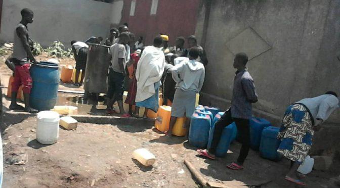 Des habitants du Quartier Taba en attente de l'eau potable