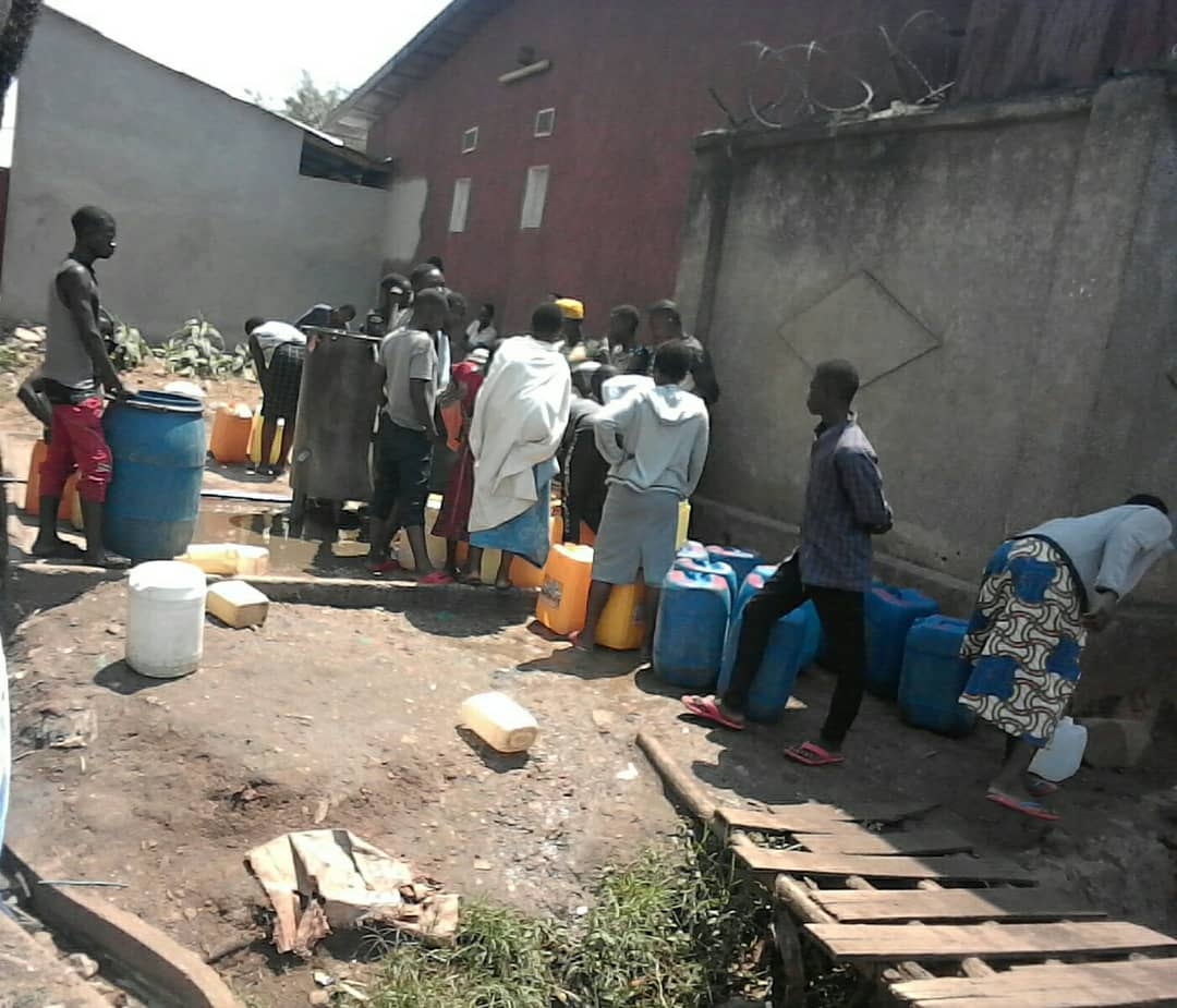 Des habitants du Quartier Taba en attente de l'eau potable