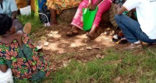 Des rapatriés burundais en provenance du camp de Rusenda en RDC devant le bureau communal à Rugombo